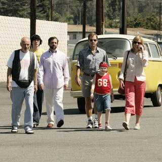 [L-R] Alan Arkin, Paul Dano, Steve Carell, Greg Kinnear, Abigail Breslin and Toni Collette in Fox Searchlight Pictures' Little Miss Sunshine (2006) - little_miss_sunshine01