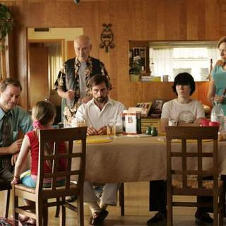 [L-R] Greg Kinnear, Abigail Breslin, Alan Arkin, Steve Carell, Paul Dano and Toni Collette in Fox Searchlight Pictures' Little Miss Sunshine (2006) - little_miss_sunshine03