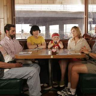 [L-R] Alan Arkin, Steve Carell, Paul Dano, Abigail Breslin, Toni Collette and Greg Kinnear in Fox Searchlight Pictures' Little Miss Sunshine (2006) - little_miss_sunshine04