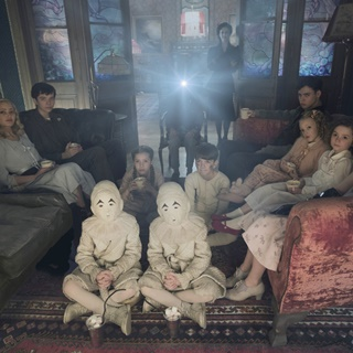 Ella Purnell, Asa Butterfield, Milo Parker, Eva Green, Finlay MacMillan, Raffiella Chapman and Pixie Davies in 20th Century Fox's Miss Peregrine's Home for Peculiar Children (2016) - miss-peregrine-hpc04