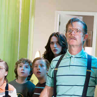 Jake Short, Trevor Gagnon, Jimmy Bennett, Kat Dennings and William H. Macy in Warner Bros. Pictures' Shorts (2009). Photo credit by Van Redin.