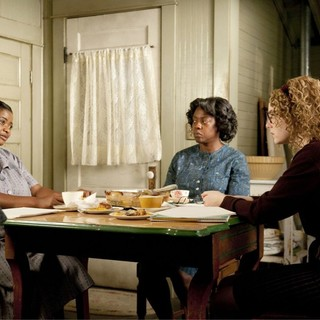Octavia Spencer, Viola Davis and Emma Stone in DreamWorks SKG's The Help (2011) - the-help-pic09