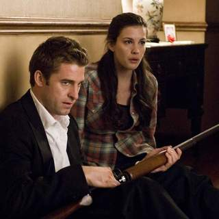 James Hoyt (SCOTT SPEEDMAN) and Kristen McKay (LIV TYLER) in Rogue Pictures' The Strangers (2008). - the_strangers09