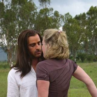 Justin Theroux as Jesus H. Christ and Gretchen Mol as Gloria Jennings in ThinkFilm's The Ten (2007) - the_ten_theroux-mol