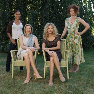 Jada Pinkett Smith, Annette Bening, Meg Ryan and Debra Messing in a scene from The Women(c), directed by Diane English 2008 - A Picturehouse release / photographer: Claudette Barius. - the_women04