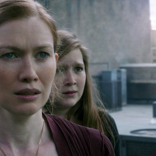 Mireille Enos stars as Karen Lane and Abigail Hargrove stars as Rachel Lane in Paramount Pictures' World War Z (2013) - world-war-z-picture08