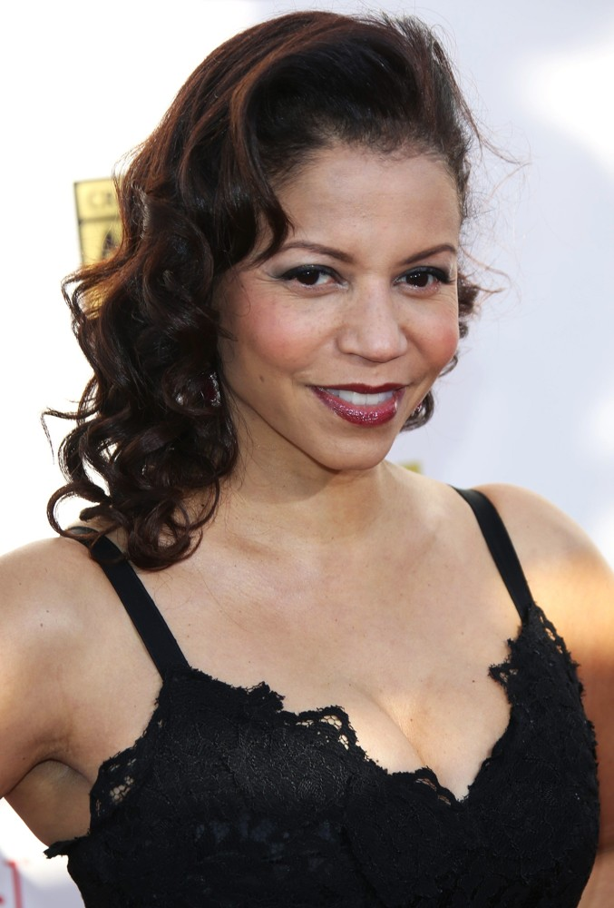 how tall is gloria reuben