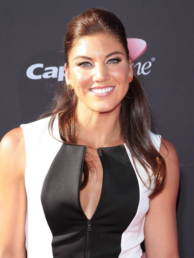 The 35-year old daughter of father Jeffrey Solo and mother Judy Solo, 175 cm tall Hope Solo in 2017 photo