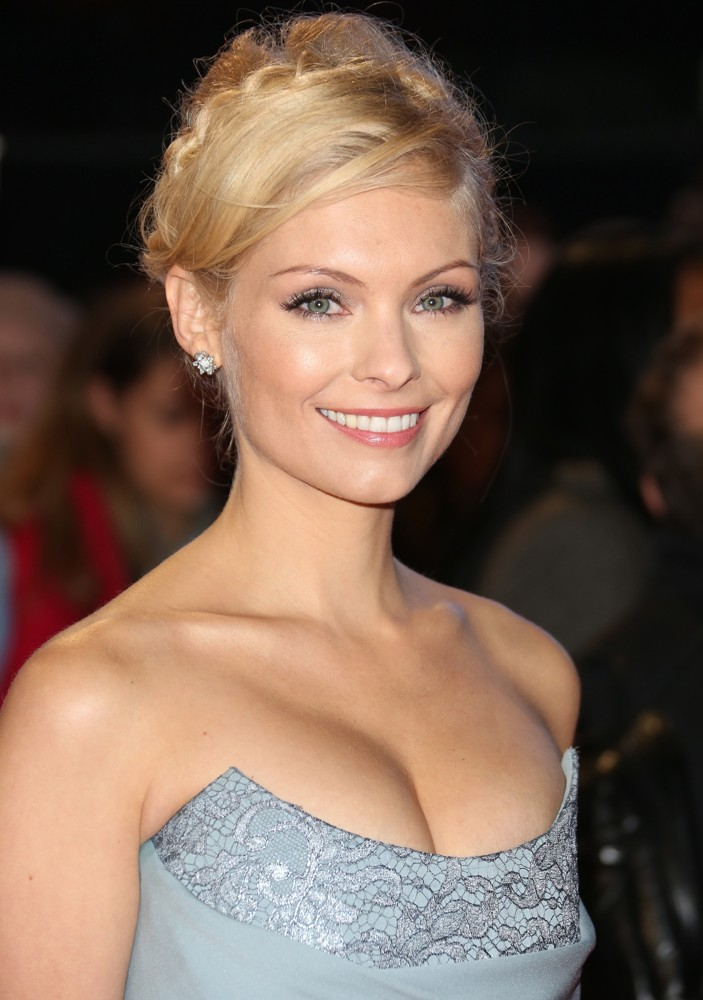 http://www.aceshowbiz.com/images/wennpic/myanna-buring-uk-premiere-breaking-dawn-2-01.jpg