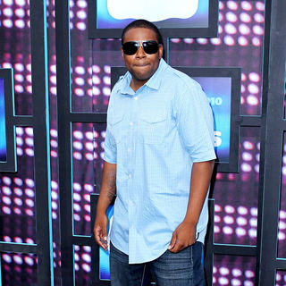 Kenan Thompson in 2010 CMT Music Awards Blue Carpet Arrivals