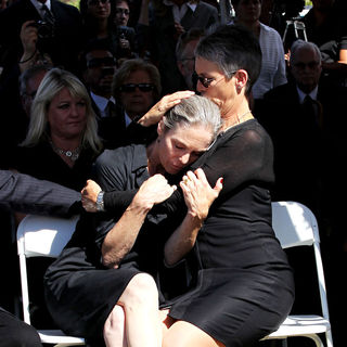 Jamie Lee Curtis, Kelly Curtis in The Funeral for Actor Tony Curtis