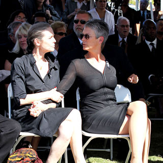 Kelly Curtis, Jamie Lee Curtis in The Funeral for Actor Tony Curtis