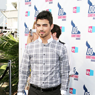 Joe Jonas, Jonas Brothers in 2010 VH1 Do Something Awards
