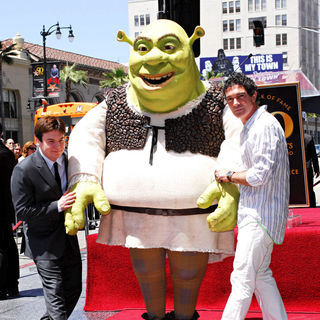 Mike Myers in Shrek is honoured with the 2408th star on the Hollywood Walk of Fame - Shrek_walk_of_game_3_14_wenn2855310