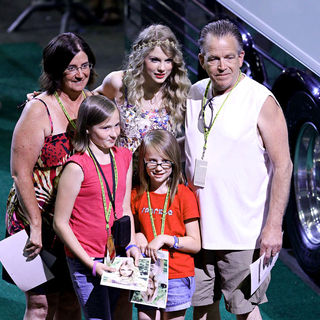 Taylor Swift - Taylor Swift Has a 13 Hour Meet & Greet with Fans During The 2010 CMA Music Festival