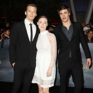 Saoirse Ronan in The Premiere of The Twilight Saga's Breaking Dawn Part II - abel-ronan-irons-premiere-breaking-dawn-2-01