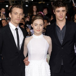 Jake Abel in The Premiere of The Twilight Saga's Breaking Dawn Part II - abel-ronan-irons-premiere-breaking-dawn-2-03