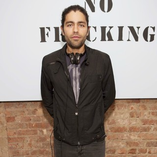 Adrian Grenier in Yoko Ono's Imagine No Fracking Installation - adrian-grenier-imagine-no-fracking-installation-02