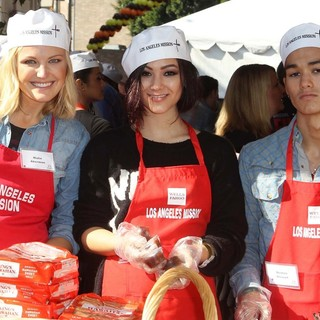 Malin Akerman, Fivel Stewart, BooBoo Stewart in The Los Angeles Mission's Thanksgiving for Skid Row Homeless