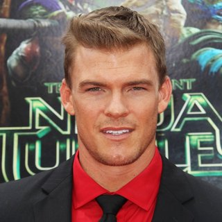Los Angeles Premiere of Teenage Mutant Ninja Turtles - Arrivals - alan-ritchson-premiere-teenage-mutant-ninja-turtles-01