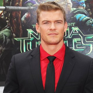 Los Angeles Premiere of Teenage Mutant Ninja Turtles - Arrivals - alan-ritchson-premiere-teenage-mutant-ninja-turtles-02