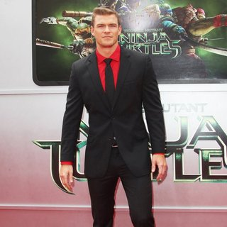 Los Angeles Premiere of Teenage Mutant Ninja Turtles - Arrivals - alan-ritchson-premiere-teenage-mutant-ninja-turtles-03