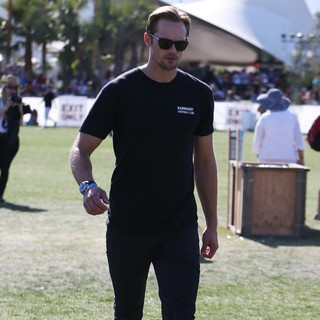 Alexander Skarsgard in The 2013 Coachella Valley Music and Arts Festival - Week 1 Day 2 - alexander-skarsgard-2013-coachella-valley-music-and-arts-festival-04
