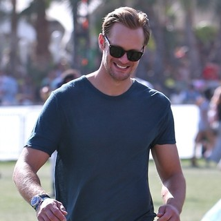 Alexander Skarsgard in The 2013 Coachella Valley Music and Arts Festival - Week 1 Day 3 - alexander-skarsgard-2013-coachella-valley-music-and-arts-festival-10