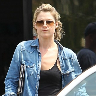 Ali Larter in Ali Larter Takes Her Car to The Car Wash