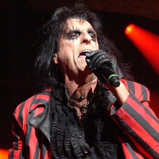 Alice Cooper Performing Live at Wembley Arena - alice-cooper-performing-live-at-wembley-arena-02
