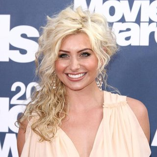 Alyson Michalka in 2011 MTV Movie Awards - Arrivals - alyson-michalka-2011-mtv-movie-awards-01