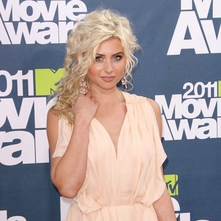 Alyson Michalka in 2011 MTV Movie Awards - Arrivals - alyson-michalka-2011-mtv-movie-awards-02
