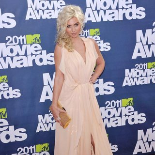 Alyson Michalka in 2011 MTV Movie Awards - Arrivals - alyson-michalka-2011-mtv-movie-awards-03