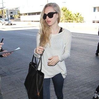 Amanda Seyfried in Amanda Seyfried Arrive at LAX Airport