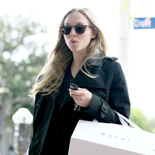 Amanda Seyfried - Amanda Seyfried Wearing No Makeup as She Leaves Marni Boutique After Shopping
