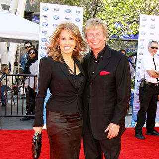 Raquel Welch, Nigel Lythgoe in The American Idol Season 9 Finale - Arrivals