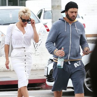 Pamela Anderson - Pamela Anderson and Rick Salomon Have Breakfast Together