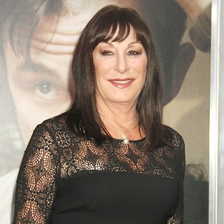 Anjelica Huston in 50/50 New York Premiere - Arrivals - anjelica-huston-premiere-50-50-01