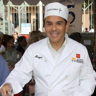 Antonio Villaraigosa in 75th Anniversary of The Los Angeles Mission Serving Thanksgiving Dinner to The Homeless