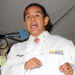 Antonio Villaraigosa in The Los Angeles Mission's Thanksgiving for Skid Row Homeless