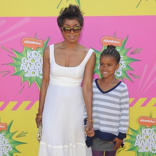 Angela Bassett, Bronwyn Vance in Nickelodeon's 26th Annual Kids' Choice Awards - Arrivals