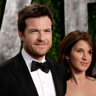 Jason Bateman, Amanda Anka in 2013 Vanity Fair Oscar Party - Arrivals