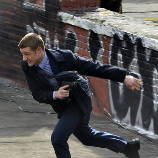 Benjamin McKenzie on The Set of Gotham Shooting on Location - benjamin-mckenzie-on-set-gotham-08