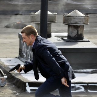 Benjamin McKenzie on The Set of Gotham Shooting on Location - benjamin-mckenzie-on-set-gotham-09