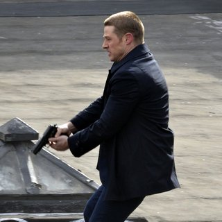 Benjamin McKenzie on The Set of Gotham Shooting on Location - benjamin-mckenzie-on-set-gotham-11