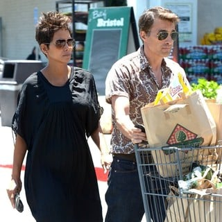 Halle Berry, Olivier Martinez in Halle Berry and Olivier Martinez Are Spotted Leaving Bristol Farms