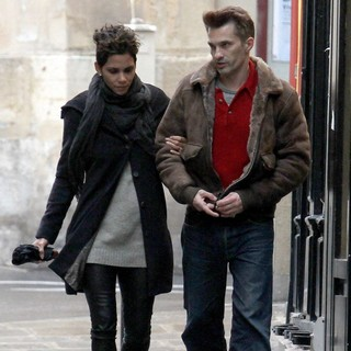 Halle Berry, Olivier Martinez in Halle Berry and Olivier Martinez Out for A Walk