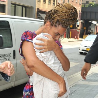 Beyonce Knowles in Beyonce Knowles Carrying Blue Ivy Carter