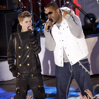 Justin Bieber, Busta Rhymes in Justin Bieber and Busta Rhymes Perform for The Pre-Taping of The Rockefeller Center Christmas