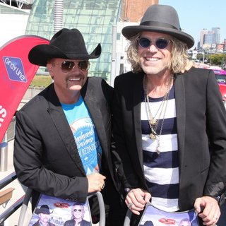 Big & Rich - Big and Rich Honoured with A Ride of Fame Bus